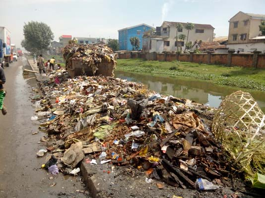 Les ordures sur le canal Andriantany. Crédit: Rija R.