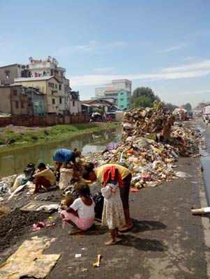 Une famille vivant des ordures. Crédit: Rija R.